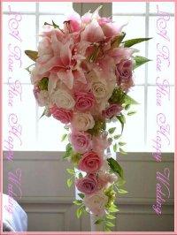 ピンクのユリとバラのキャスケードブーケ