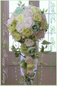 白xライトグリーンのバラのキャスケードブーケ