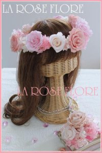 淡いピンクとベージュの花冠