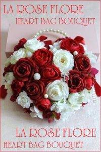 赤バラと白バラのハート形ハンドバックブーケ