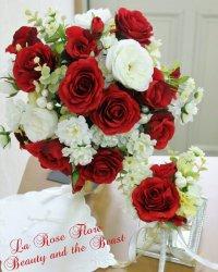 赤バラと白い小花の美女と野獣のクラッチブーケ